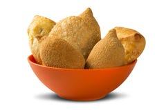Le Brésilien mélangé a cuit le casse-croûte de poulet, les esfihas et la pâtisserie à la friteuse  Photos libres de droits