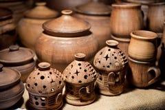 Le brûleur à mazout en céramique et une tasse dans la boutique traînent Photographie stock libre de droits
