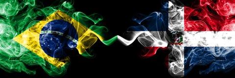 Le Br?sil contre des drapeaux de fum?e de la R?publique Dominicaine plac?s c?te ? c?te Drapeaux soyeux color?s ?pais de fum?e de  illustration libre de droits