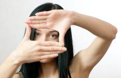 Le braccia di Ñrop del fotografo della ragazza (blocco per grafici di Horizonta) Fotografia Stock