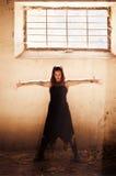 Le braccia hanno alzato la ragazza gotica Immagini Stock Libere da Diritti
