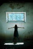 Le braccia hanno alzato la ragazza gotica Immagine Stock