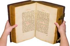 Le braccia sono vecchio libro aperto holding Fotografia Stock Libera da Diritti
