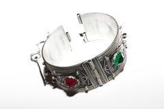 Le bracelet en métal colore la clé de vintage de pierres Images stock