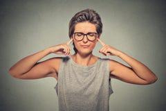 Le branchement des oreilles avec des doigts ne veut pas écouter Images libres de droits