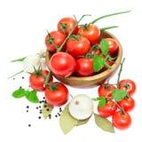 Le branchement des tomates-cerises dans une cuvette en bois Photographie stock