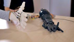 Le bras bionique fait quelques mouvements Le mécanisme artificiel de bras est examiné 4K