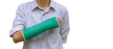 le bras cassé par femme de blessure avec le vert a moulé sur le bras se tenant sur le blanc photos stock