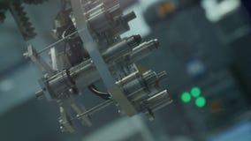Le bras de machine moderne de robot se déplace avec des détails en métal banque de vidéos