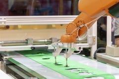 Le bras de robot pour le transfert la feuille en caoutchouc photos stock