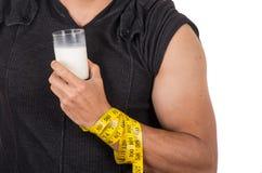 Le bras du jeune homme sportif enroulé autour de la mesure Image libre de droits