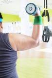 Le bras du mâle obèse soulève le barbell Photo libre de droits