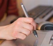 Le bras fonctionne la tablette de crayon lecteur Images stock