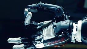 Le bras robotique fait un geste avec ses doigts banque de vidéos