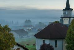 Le Brassus, die Schweiz an einem nebeligen Wintermorgen. Stockbild
