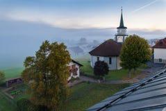 Le Brassus, die Schweiz an einem nebeligen Wintermorgen. Lizenzfreies Stockbild