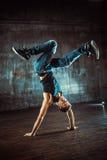 le breakdancer de rupture de fond danse le blanc de danse image libre de droits