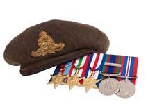 Le béret et les médailles du soldat de la deuxième guerre mondiale Image libre de droits