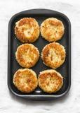 Le briciole di pane della patata hanno cotto i dolci su un vassoio bollente su un fondo leggero fotografia stock libera da diritti