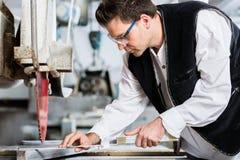 Le bricoleur dans l'usine de découpage en pierre au diamant a vu Image stock