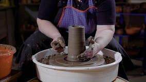 Le bricoleur produit le grès exclusif dans un petit studio de poterie de métier, donnant à la main une forme de nouvelle cuvette  banque de vidéos
