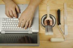 Le bricoleur recherche sur l'ordinateur portatif Photo libre de droits