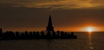Le brise-lames au coucher du soleil. Photographie stock libre de droits