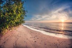 Le brise-lames sur le lac protège le rivage contre les vagues photos stock