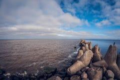 Le brise-lames sur le lac protège le rivage contre les vagues photo stock