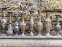 Le brocche antiche hanno venduto a Bacu sulla via l'azerbaijan fotografia stock