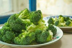 Le brocoli juteux frais est du plat Photographie stock