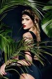 Le bronzage sexy de paume de jungle de maquillage de femme de beauté ombrage la plage photos libres de droits