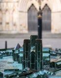 Le bronze, modèle de York Minster, a photographié avec la cathédrale à l'arrière-plan Modelez est survécu et a une patine verte images stock