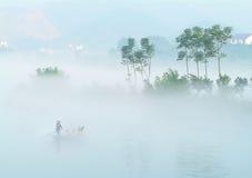 Le brouillard au-dessus du lac lucide (4) Photo libre de droits