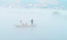 Le brouillard au-dessus du lac lucide (7) Image stock