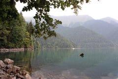 Le brouillard descend sur le lac Rizza de montagne Image stock