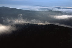 Le brouillard en montagnes 2 photographie stock libre de droits