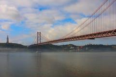 Le brouillard enveloppe le Ponte 25 de Abril Photographie stock libre de droits