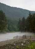 Le brouillard est répandu le long de la rivière tôt le matin Photo libre de droits