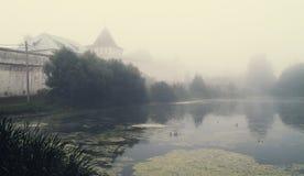 Le brouillard mystique au-dessus de l'eau Image libre de droits
