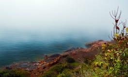 Le brouillard se trouve au-dessus de la mer sur la côte photo stock
