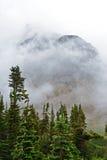Le brouillard se trouve autour des montagnes et des vallées en glacier Photos stock
