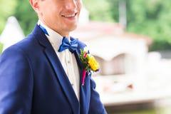 Le brudgummen på en parkera på bröllopdagen royaltyfri bild