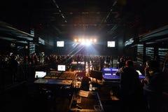 Le bruit et la lumière de panneau de commande sur le groupe de DAUGHTRY exécute Image stock