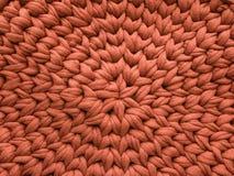 Le brun de coton de plan rapproché tricotent l'atmosphère de couverture, chaude et confortable Tricotez le fond images libres de droits