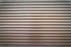 Le brun de Teal a peint la texture horizontale de fond de portes d'abat-jour ou de garage de volet de rouleau de fenêtre en métal photos libres de droits