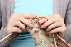 Le brun de tricotage de femme filète le plan rapproché Image libre de droits