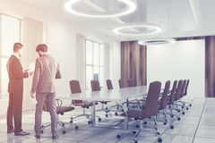 Le brun intérieur blanc de salle de conférence préside des personnes Image libre de droits
