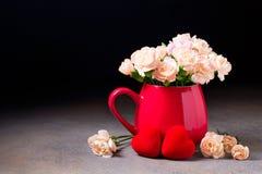 Le brunch de la fleur fleurit dans une tasse rouge Photos libres de droits