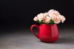 Le brunch de la fleur fleurit dans une tasse rouge Photo libre de droits